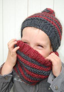 Bonnet rouge et gris au tricot