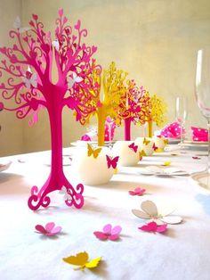 Dieser wunderschöne filligrane Baum besteht aus zwei Hälften und wird ineinander gesteckt,so das er hingestellt werden kann.  Er dient als Dekoration