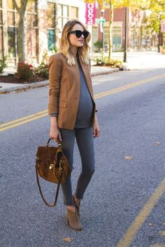 ▷ 10 tips and 70 ideas for pregnancy fashion umstandsmode, top, brauner blazer, jeans, velourstasche - Cute Adorable Baby Outfits Blazer Jeans, Outfit Jeans, Brown Blazer, Grey Jeans, Brown Jeans, Beige Blazer, Baby Bump Style, Mommy Style, Stylish Maternity