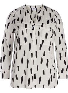 Gemustertes Hemd von Zizzi. Das Hemd ist zu 100% aus Viskose mit Muster, Brusttaschen und V-Ausschnitt. Style es mit einer Slim Fit Zizzi Jeans.