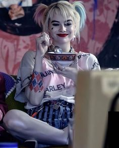"""Baffling title drama aside, Birds of Prey is a boisterous and colorful addition to the DCEU. More """"DC"""" than """"EU,"""" director Cathy Yan assembles a squad of DC Com Arlequina Margot Robbie, Margot Robbie Harley Quinn, Joker Y Harley Quinn, Harley Quinn Drawing, Naomi Lapaglia, Dc Universe, Dc Comics, Harley Queen, Mean Girls"""
