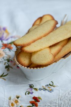 De franske langues de chat er en fin lille småkage som tilbehør til desserten. De minder om tuilles, men er lidt tykkere og i en klassisk aflang form. Danish Cake, Cook N, Snack Recipes, Snacks, Sweets Cake, I Love Food, Cake Cookies, No Bake Cake, Amazing Cakes