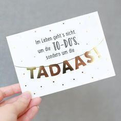 """Im Leben geht's nicht um die TO-DOs, sondern um die TADAAS"""" ist eine Instagram Leserkarte von @mel.pwt. Manchmal solltest du eben weniger an To-Dos denken und lieber das Leben mit all seinen TADAA-Momenten genießen. Es gibt kleine und..."""