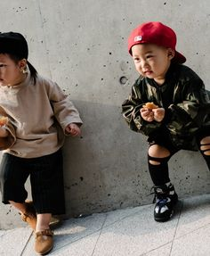 ... tiny street style stars and tiny ‎hats‬ at Seoul Fashion Week !  Piccole stelle e piccoli ‎cappelli‬ in giro per Seoul !!
