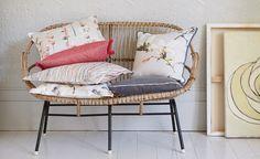 Saphira est une collection contemporaine des fleurs colorées et élégantes, imprimées soit sur un satin somptueux en coton, soit sur un mélange de coton et lin polyvalent. La délicatesse de l'effet aquarelle crée l'impression des floraux flous et les magnolias vifs dans une fusion de couleur. Les couleurs vives s'entremêlent dans une cascade de rayures, et la texture est créée avec un velours en viscose somptueux aux traits de pinceaux.