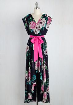 When it comes to looking like your best self in this navy blue dress by Eliza J, there's nothin' to it! Simply slide your arms into the short sleeves of this floral gown, affix its bright magenta sash to your waist, give its high-low skirt a twirl, and voila! You've finished an ensemble that's totally true-to-you.