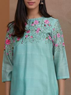 Hand Embroidery Dress, Kurti Embroidery Design, Embroidery Neck Designs, Embroidered Clothes, Embroidery Fashion, Couture Embroidery, Hand Painted Dress, Hand Painted Fabric, Painted Clothes
