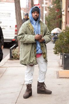 He look like a gay trash bag- I hate fucking idiots I don't like Kanye but just because of what he's wearing doesn't make him gay Kanye West Outfits, Kanye West Style, King Fashion, Urban Fashion, Best Mens Fashion, Star Fashion, Kanye West Wallpaper, Stylish Winter Coats, Rapper Outfits
