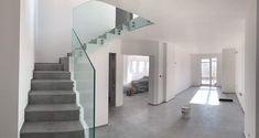 Výhody skleneného zábradlia sú najmä v presvetlení priestoru. Sklenené zábradlie navyše elegantne dotvorí interiér, ochráni a zabráni neželanému pádu zo schodov a navyše je z kaleného - bezpečnostného skla, ktoré je odolné voči nárazu. Stairs, Home Decor, Ladders, Homemade Home Decor, Stairway, Staircases, Decoration Home, Stairways, Interior Decorating