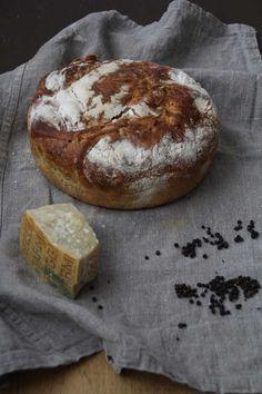 Eltefritt brød med svart pepper og parmesan Aioli, Bread Baking, Camembert Cheese, Bacon, Food And Drink, Muffins, Gluten, Stuffed Peppers, Ost