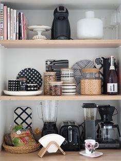 Marimekko and stuff. Kitchen Decor, Kitchen Inspirations, Decor, Diy Home Decor, Home, Entryway Decor, Primitive Kitchen Decor, Above Kitchen Cabinets, Home Decor