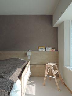 ステージのある家 寝室 ヘッドボードに絵本収納とサイドテーブルやベンチを差し込めるスリットを仕込む リノベーション / リフォーム / ヘッドボード / 寝室 / ベッドルーム / 本棚
