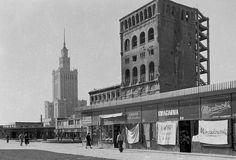 Warszawa 1959, ul. Zielna. PAST-a (pierwszy w Warszawie wysokościowiec wybudowany w 1910), i Pałac Kultury i Nauki. Fot. Geralda Howsona.