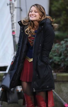 Melissa Benoist Supergirl costume on set in Vancouver, Canada. Melissa wore her red iconic and revealing Supergirl outfit and kept warm in-between scenes. Supergirl Injustice, Supergirl Serie, Supergirl Kara, Supergirl Superman, Supergirl Season, Melissa Supergirl, Kara Danvers Supergirl, Supergirl And Flash, Supergirl Drawing