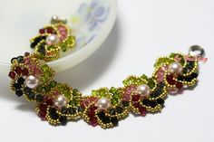 Hogarth Crystal Curve - by Wendy Lueder - Bead & Button, April 2012 (Flat Russian Spiral)