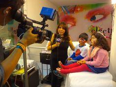 Marisol Hurtado, maquilladora de Toque X en una sesión de maquillaje para niños