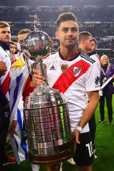 Gonzalo Martinez of River Plate celebrates with the Copa Libertadores. Messi And Ronaldo, Soccer Poster, Soccer Kits, Lionel Messi, Carp, Powerlifting, Football Players, Madrid, Gaston