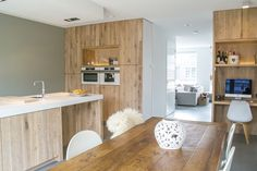 Deze week deze prachtig ruime keuken opgeleverd. Deze keuken is volledig uitgevoerd met o.a. inwendige prullenbakken, binnenladen, vaatwasser op ooghoogte, dimbaar led-verlichting in de nissen, combi-stoom oven en inbouw koffieapparaat. Daarnaast een werkplek in dezelfde stijl gecreëerd. Koken, werken, tafelen allemaal heerlijk in dezelfde ruimte!
