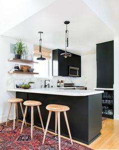 Cocina con barra americana en blanco y negro - Alucina con el antes y después de estas 5 cocinas (II)