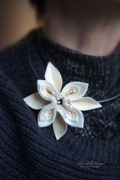 ecru naszyjnik kwiatowy w Margo Hupert FlowerFelt Design na DaWanda.com