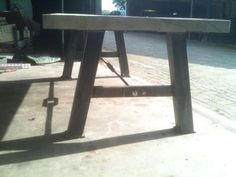 Zijaanzicht robuuste tafel