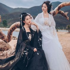 Korean Traditional Dress, Traditional Dresses, Traditional Chinese, Ancient China Clothing, Black Silk Dress, Queen Costume, Chinese Clothing, Japanese Outfits, Edgy Outfits