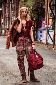 Hippie outfits or often called the bohemian style of choice for many women in every atmosphere. Boho chic outfit style gives you freedom in expressing your Boho Hose, Hippie Hose, Hippie Outfits, Chic Outfits, Fashion Outfits, Fashion Clothes, Estilo Tomboy, Hippie Stil, Elephant Pants