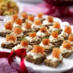 Kavringsnittar med lax - Mitt kök Tapas, Party Food And Drinks, Dessert Drinks, New Years Eve Dinner, Appetizer Recipes, Appetizers, Work Meals, Food Fantasy, Xmas Food