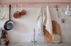 Känslan av ett nyrenoverat kök är nästan oslagbar. Men ett vanligt problem som uppstår är att vi har lyckats renovera bort all feeling på vägen. Kommer köket någonsin kännas personligt igen? Jadå, med våra knep får du köksbänken snygg och inspirerande igen.