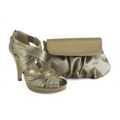 Zapato de fiesta de mujer de la marca Ángel Alarcón. Sandalia cruzada de tira ancha y plisada, con elásticos para adaptarse a cualquier pie. Cierre trasero con cremallera. Zapato de vestir de raso color marengo con bolso a juego.