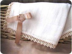 Tutorial DIY sobre como decorar una gasa de bebé con una puntilla de crochet paso a paso