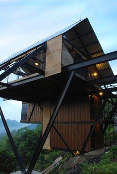ジャングルの中に浮いているようなデザインのバンガロー「Estate Bungalow」の紹介。