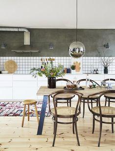 industrielt og råt køkken-alrum Kitchen Dinning, Kitchen Redo, Kitchen Styling, Dining Table, Küchen Design, House Design, Interior Design, Scandinavian Kitchen, Kitchen Interior