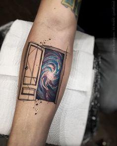 Esta porta para o desconhecido. | 21 tatuagens espaciais que são totalmente de…