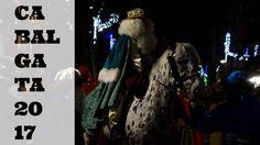 Así y de otras formas ha sido la cabalgata de los Reyes Magos en Hondarribia este año 2017. Sus majestades de Oriente han recibido la ayuda de innumerables voluntarios para mantener la ilusión de los niños al menos por un año más.  En Hondarribia los Reyes de Oriente llegan en barco y se desplazan a caballo repartiendo caramelos y saludando a los niños que los llaman hasta quedar roncos. Algunos pocos tienen la suerte de recibir sus primeros regalos directamente de ellos. Otros tendrán que…