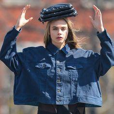 Pin for Later: Cara Delevingne zeigt ihr Schauspieltalent für DKNY Behind the Scenes at Cara Delevingne's DKNY Shoot