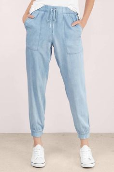 Chambray Joggers--I love themLowers to wear anytimeComfortable, colors goes with everything, roomy.More Tierras Inspo, patch pockets + crop and taper legs.Fashion Drawing Jackets Like Barbour Fashion Mode, Korean Fashion, Girl Fashion, Fashion Spring, Girls Fashion Clothes, Fashion Pants, Fashion Outfits, Hijab Fashion, Fashion Ideas