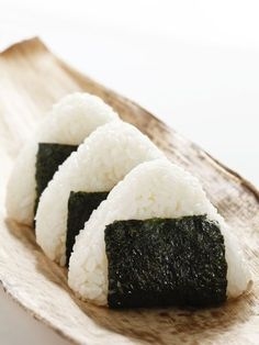 Onigiri (Japon) - Everything About Food Dont Ever Give Up, Fruits Basket, Aesthetic Food, Bento Box, Japanese Food, Food Photo, Food And Drink, Rolls, Lunch