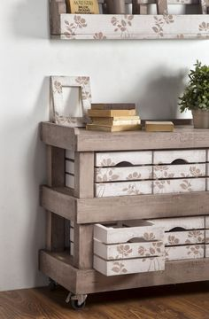 Shabby Chic Home Decor Pallet Home Decor, Pallet House, Diy Pallet Projects, Pallet Furniture, Painted Furniture, Diy Home Decor, Pallet Ideas, Furniture Projects, Furniture Decor
