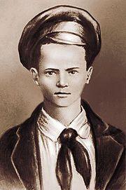 Pavel Morozov (14-11-1918/03-09-1932) Héroe soviético (denunció a su padre por acaparar grano) y fue asesinado por sus vecinos. Elevado a la categoría de mártir y modelo de las Juventudes Comunistas (KOMSOMOL) https://es.wikipedia.org/wiki/Pavlik_Morózov