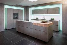 Verlichting achter je keukenkasten geeft de ruimte net even wat meer allure. Dit past dan ook perfect in deze design keuken. Keukendealer: https://www.keukenstudiomaassluis.nl/