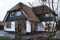 Mooi landelijk huis met rieten dak