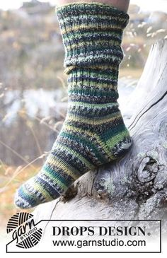 "Woodlands - Miehen joustinneuleiset DROPS sukat yksinkertaisesta ""Fabel""-langasta. - Free pattern by DROPS Design"