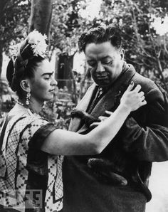 Frida Kahlo and Diego Rivera: 8 Photos of Their Colorful Love Story - Biography Rivera and Kahlo steal a tender moment with a monkey as it clings to Rivera's jacket. Frida E Diego, Diego Rivera Frida Kahlo, Frida Art, Frida Kahlo Pictures, Exposition Interactive, Culture Art, Most Famous Artists, Paris Match, Mexican Artists