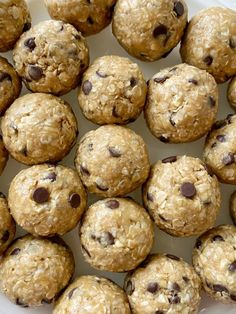 Energy Oatmeal Balls require only 4 ingredients! Quick oats, peanut butter, honey, and mini chocolate chips are all you need for these perfect snack-sized energy oatmeal balls. Oatmeal Energy Bites, Peanut Butter Energy Bites, Peanut Butter Oatmeal, Peanut Butter Protein, Protein Bites, Protein Snacks, Protein Ball, High Protein, Healthy Sweets