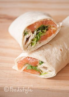 These Salmon Wraps with cream cheese and arugula are delicious, healthy and easy to take for lunch to work or on the go. These Salmon Wraps with cream cheese and arugula are delicious, healthy and easy to take for lunch to work or on the go. Wrap Recipes, Salmon Recipes, Seafood Recipes, Healthy Wraps, Healthy Recipes, Snacks Sains, Tortilla Wraps, Taco, Happy Foods