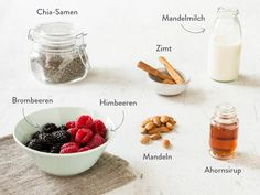 Chia-Samen, Mandelmilch, Zimt, Mandeln, Ahornsirup, Brombeeren und Himbeeren