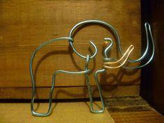 elefante de alambre con le ojo de piedra del maldecap