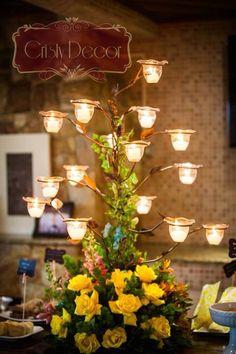 Para a mesa dos salgados, um lindo arranjo com velas!