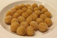 Τώρα, στις γιορτές, φτιάξτε τα για κέρασμα και για δώρο. Είναι πανεύκολα γλυκάκια με υπέροχο άρωμα και γεύση, χάρη στα αιθέρια έλαια της φλούδας του μανταρινιού, και ταυτόχρονα πολύ θρεπτικά και υγιεινά χάρη στην τριμμένη αμυγδαλόψιχα που περιέχουν. Greek Desserts, Mini Desserts, Greek Recipes, Dog Food Recipes, Cooking Recipes, Cupcakes, Cupcake Cakes, Low Calorie Cake, Tasty Bites